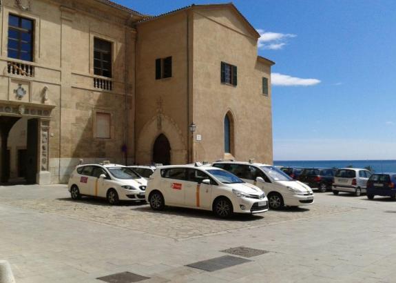 Wie ein kleiner Taxistand: Der Platz vor Palmas Kathedrale.