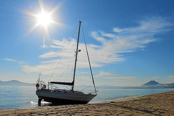 Das gestrandete Segelboot nach dem Sturm auf Mallorca.