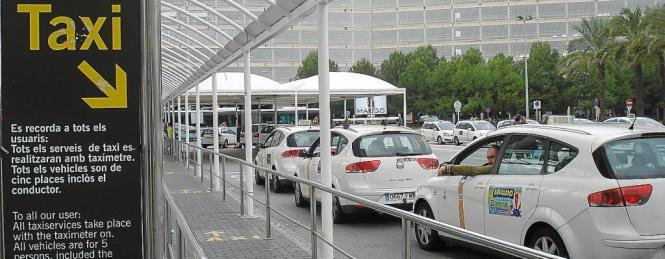 Wer an Palmas Airport ein Taxi möchte, muss eigentlich zum offiziellen Taxistand.