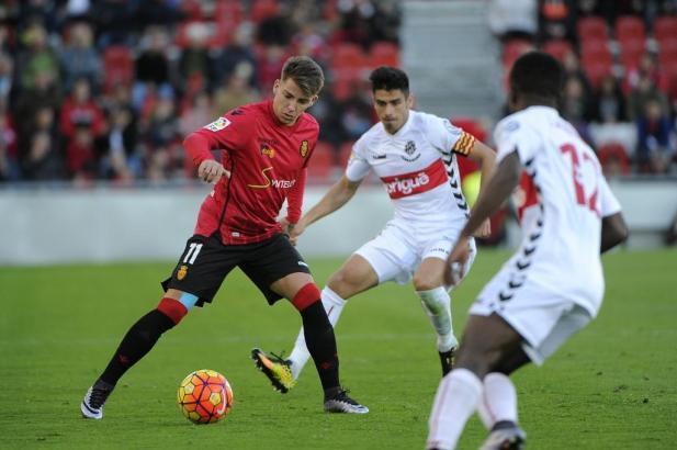 Brandon im Zweikampf mit den Gegenspielern aus Tarragona.