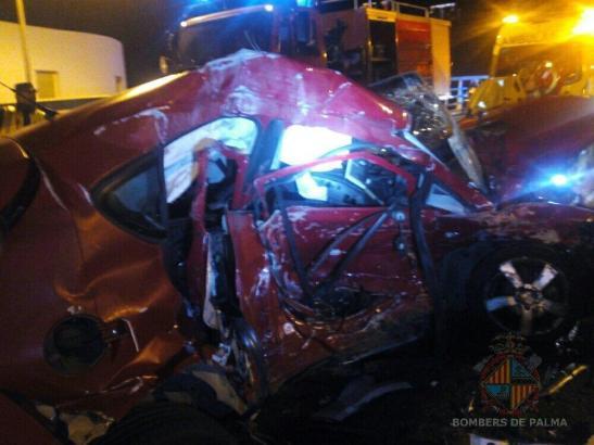 Das Auto der 36-jährigen Unfallverursacherin war nur noch ein Wrack.