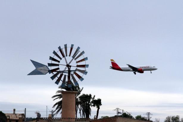 Die Einflugschneise des Flughafens Son Sant Joan auf Mallorca.