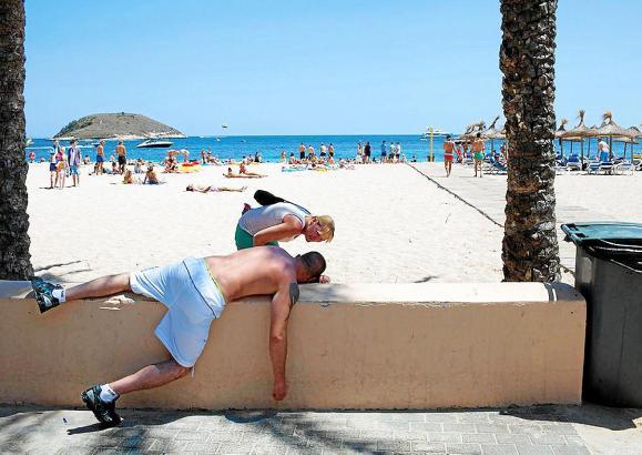 """""""Na, zu viel gefeiert gestern?"""" Das Foto, dass einen Touristen beim Rausch-Ausschlafen in Magaluf im Südewesten von Mallorca zei"""
