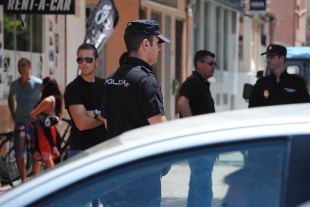 Das Archivfoto zeigt Polizeibeamte bei der Festnahme eines anderen Latin Lovers im Jahre 2012 in Palma.