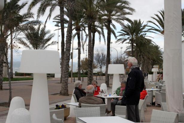 Winterurlauber an der Playa de Palma.