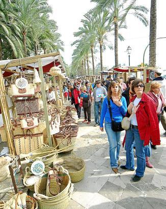 Die meisten Besucher lockt traditionell der Handwerkermarkt rund um den Passeig Sagrera nach Palma.
