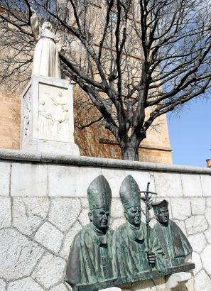 Präsenz in der Ortsmitte: Die Statue erinnert an die Nonne Francinaina, das Bildnis an Papst Johannes Paul II.