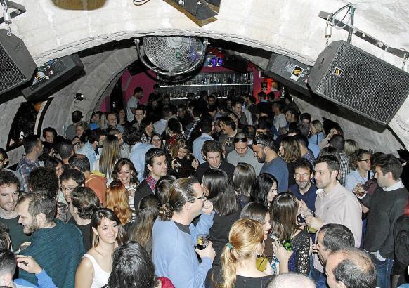 """Nicht die Allerjüngsten: """"Tardeo""""-Anhänger am Samstagnachmittag in der Disco."""