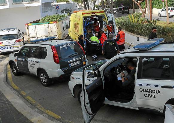 Der Gärtner wurde per Krankenwagen in eine Klinik gebracht.