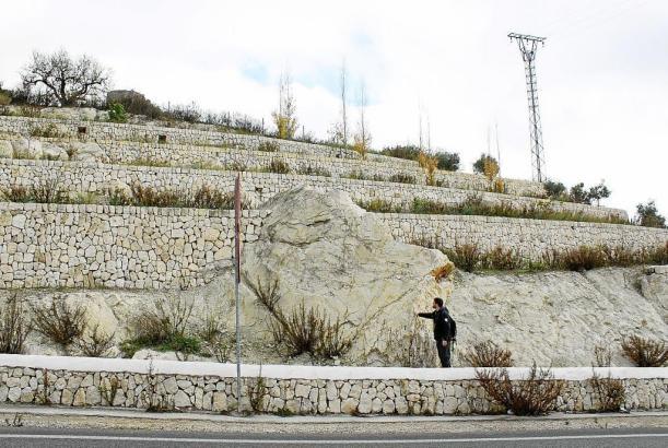 Der Geologe Calvo zeigt die seltsamen Felsfragmente, die auf einen Krater in der Mitte von Mallorca hindeuten könnten.