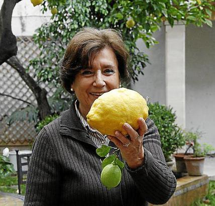 Pilar de Blanco Pons mit einer 300 Gramm schweren Riesenfrucht aus ihrem Garten.