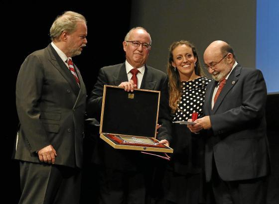 Club-Präsident Utz Claassen (l.) ehrte direkte Nachfahren des Vereinsgründers Adolfo Vázquez Humasqué, die extra aus Mexiko ange