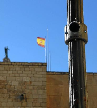Gut getarnt befinden sich die Videokameras an Straßenlaternen.