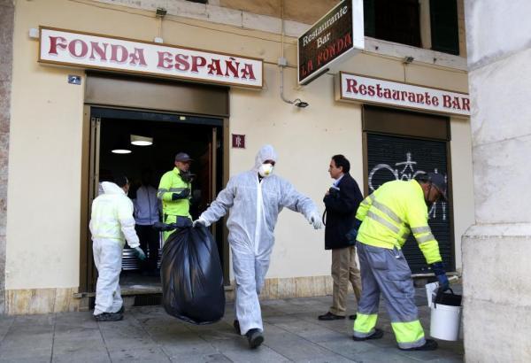 Mitarbeiter der Stadt Palma de Mallorca bei der Räumung eines der betroffenen Lokale an der Plaça Major.