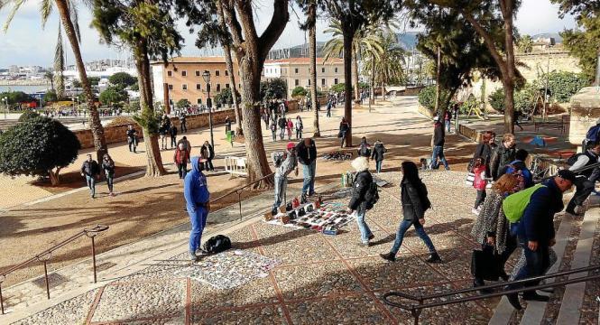 Vor allem in den touristischen Zonen von Palma de Mallorca versuchen Straßenhändler, ihre Ware illegal zu verkaufen.