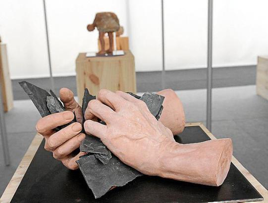 Mit seinen Werken reflektiert Carlos Martínez den in der Routine und in der Mühsal gefangenen Menschen.