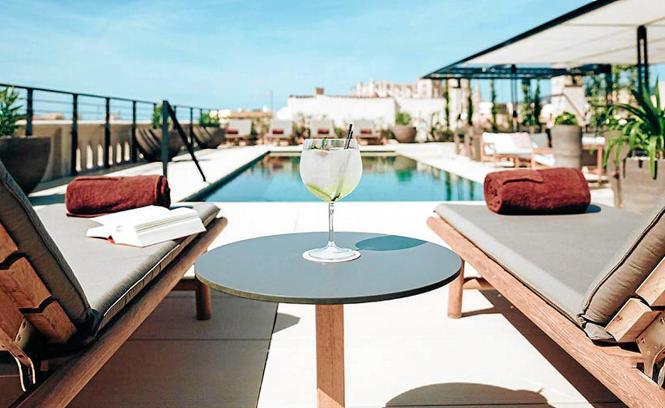 Das Sant Francesc Singular Hotel (Plaça Sant Francesc 5) wurde 2015 eröffnet und wird von den Gästen nicht nur wegen der Pool-Te