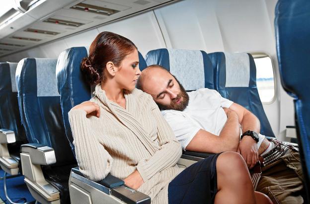Auch im Flugzeug gilt: Kommunikation hilft, Missverständnisse zu vermeiden. Bei Problemen sollte man einfach den Sitznachbarn fr