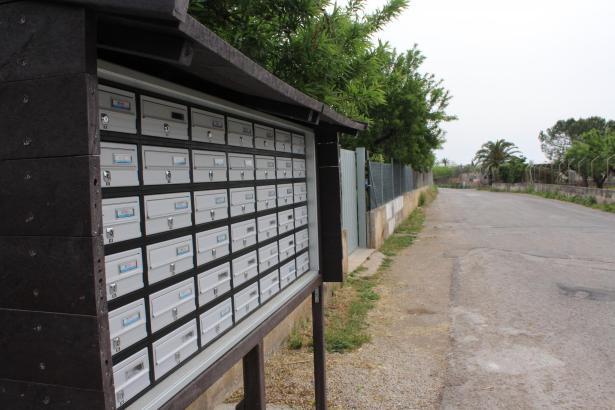 In abgelegenen Land- und Küstengemeinden auf Mallorca sind Sammelbriefkästen üblich.