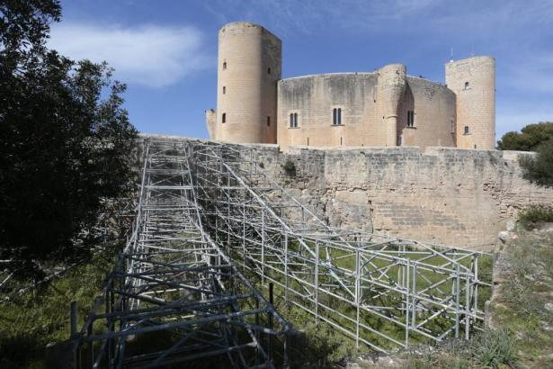 Im südlichen Bereich der Burganlage stützt bereits ein Gerüst eine Mauer ab.