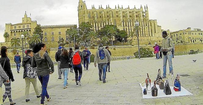 Die Straßenhändler haben sich zu einem festen Bestandteil des Bildes von der Kathedrale entwickelt