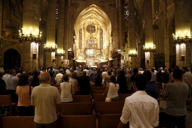 Sowohl im Innen- als auch im Außenbereich ist die Kathedrale von Palma prächtig beleuchtet