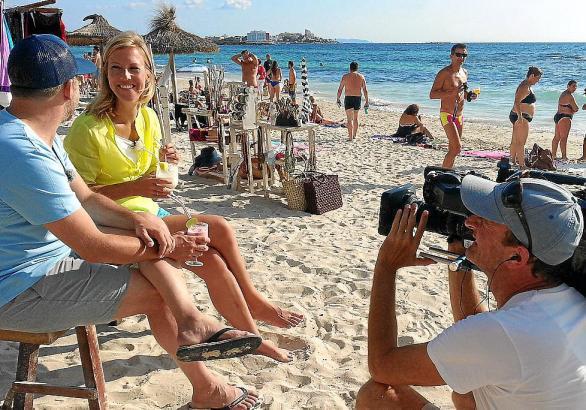 Reporterin Susanne Gebhardt mit dem Beach-Inspektor Kai Michael Schäfer beim Dreh.