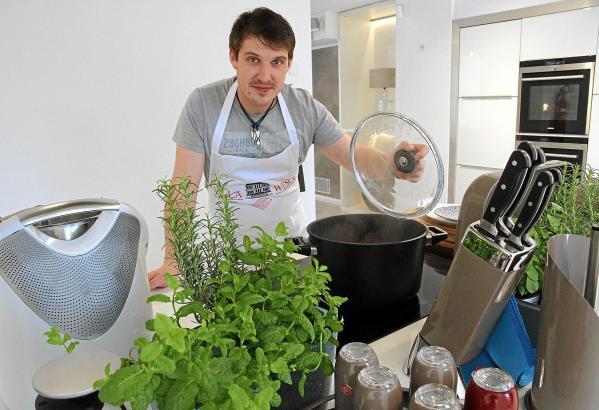 Küchenchef Marcel Reß hat Verwendung für die diversen Utensilien von Wesco.
