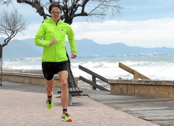 Training bei jedem Wetter: Carsten Stegner trotzt auf der Promenade von Can Picafort den mallorquinischen Windböen.