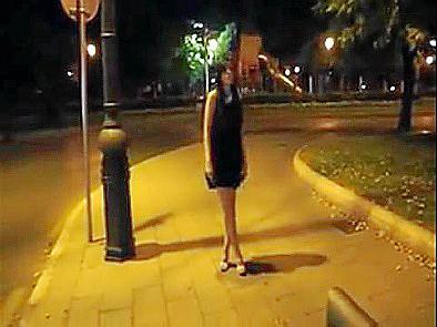 Die junge Frau aus den Sexvideos als sie noch Kleidung trägt