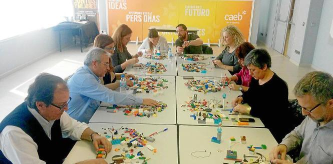 Kein Kindergarten und kein Altersheim sondern eine teambildende Maßnahme mit Legosteinen