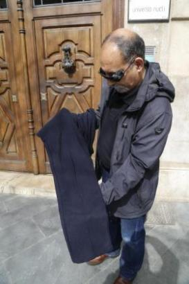 Der Sohn der Geschädigten mit den Hosen, die seine Mutter auf dem Wochenmarkt Pere Garau in Palma de Mallorca gekauft hat. Sie s