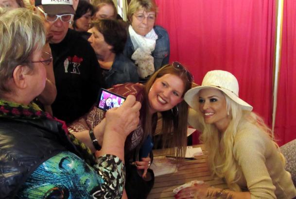 Gut gelaunt ließ sich Daniela Katzenberger mit ihren Fans fotografieren.