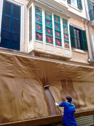 Mit Eiern beworfen: Das Kunstwerk in Palmas Altstadt muss nun gereinigt werden