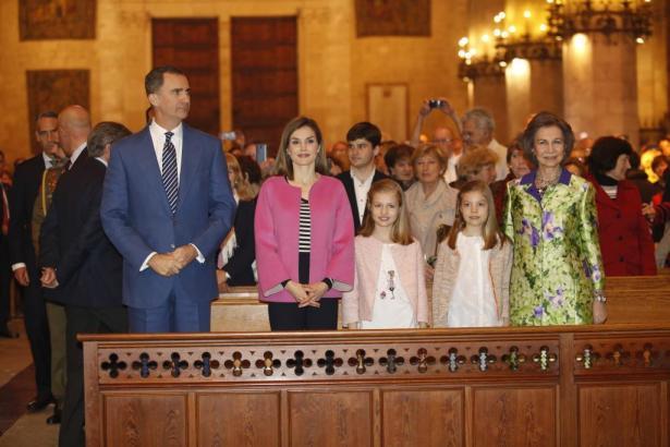 König Felipe mit Letizia und Kronprinzessin Leonor sowie ihrer Schwester Sofía und Alt-Königin Sofía besuchten die Ostersonntags