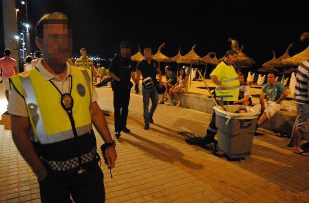 Das Archivfoto zeigt Lokalpolizisten bei einem nächtlichen Einsatz an der Playa de Palma.