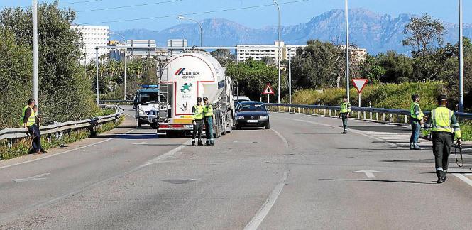 Polizisten untersuchten den Ort des Unfalls nach dem Zusammenstoß