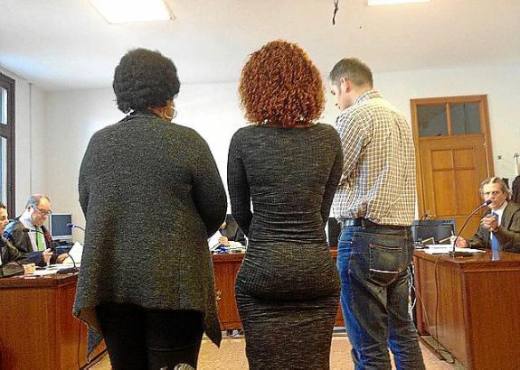 Bestreiten die Tat: Die beiden Nigerianerinnen vor dem Ermittlungsgericht in Palma.