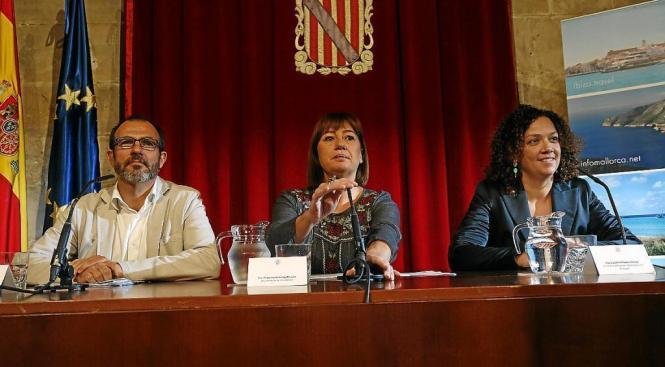 Tourismusminister Biel Barceló mit Balearen-Präsidentin Francina Armengol und  Catalina Cladera in Palma de Mallorca.