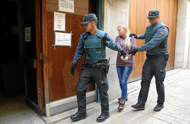 Die Frau auf dem Weg zur Vernehmung durch den Ermittlungsrichter.