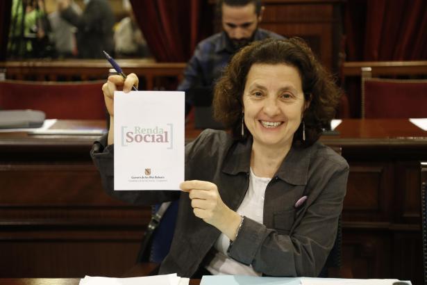 Die balearische Sozialministerin Fina Santiago ist glücklich über den Beschluss des Parlaments in Palma de Mallorca.