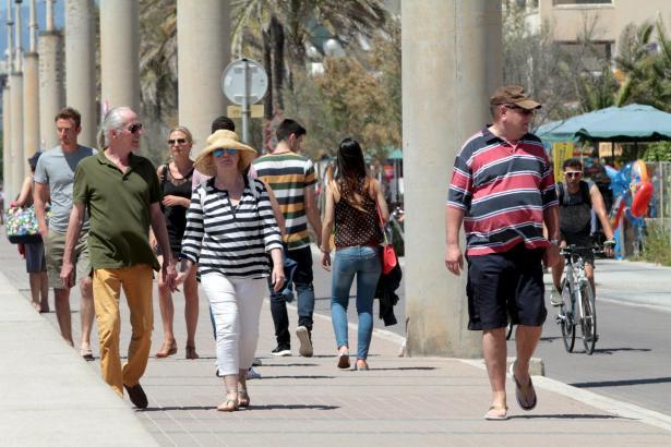 Urlauber an der Playa de Palma. Übernachten sie im Hotel? Oder bei Ferienvermietern?