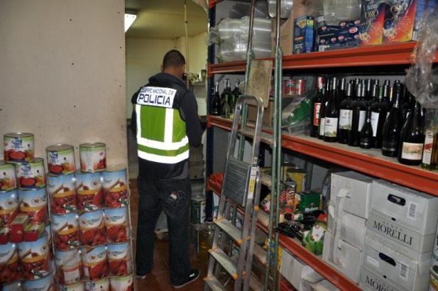 Ein Beamter der Nationalpolizei bei der Durchsuchung der Lagerräume in Manacor im Osten von Mallorca.