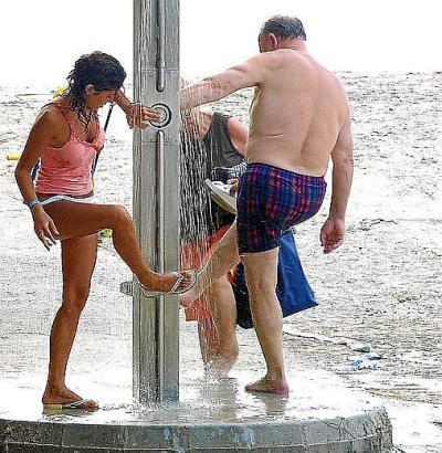 Auch an den Strandduschen auf Mallorca könnte der Wasserdruck verringert werden.