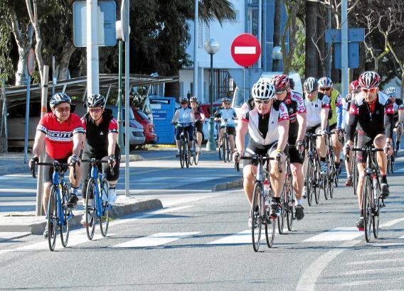Jeden Morgen das gleiche Bild: Tausende Radtouristen starten an der Playa de Muro zu ihren Inselrundfahrten.