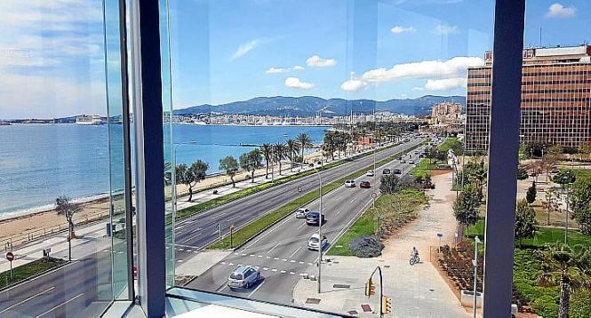 Von den Rolltreppen in die oberen Stockwerke hat der Gast freien Blick auf Hafen und Kathedrale.