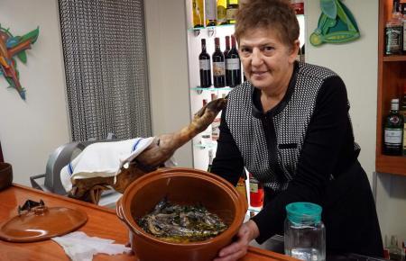 """Die mallorquinische Inhaberin Catalina Gomila setzt im """"Llonja Café 9"""" auf authentische mallorquinische Spezialitäten."""