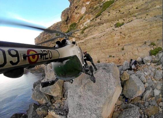 Gerade in Mallorcas Gebirge ist der Rettungshubschrauber der Guardia Civil unverzichtbar für die Bergung von Vermissten