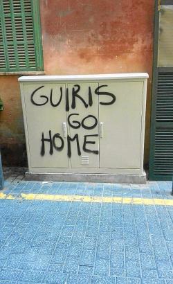 Touristenfeindliche Graffiti-Sprühereien verunzierten kürzlich die Mauern von Palma de Mallorca.
