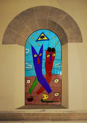 Eines der Kirchenfenster von Gustavo zeigt Adam und Eva im Garten Eden.